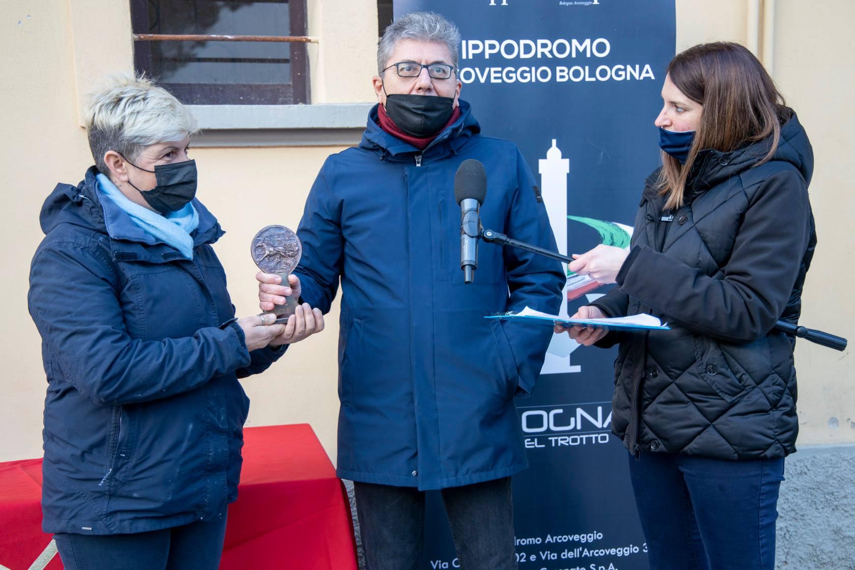 Il Presidente del Club Gentlemen Emilia-Romagna MICHELE CANALI durante la consegna del premio all'Amazzone Gentleman Driver vincitrice MICHELA ROSSI
